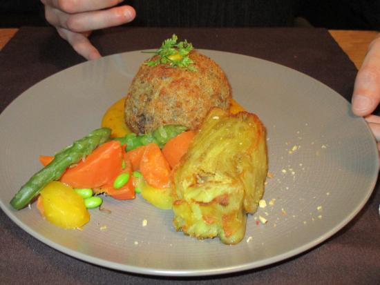 Vagney, Francia: Sphère de joue de bœuf cœur de foi gras. Accompagné d'un mille-feuilles pommes de terre.