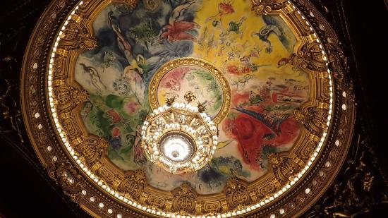 París, Francia: Magnifique fresque de la salle de spectacle (Chagall). Avec lustre de 8m de haut.