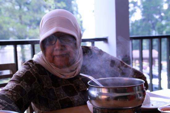 Западная Ява, Индонезия: Ibunda tercinta menyantap soup ikan gurame