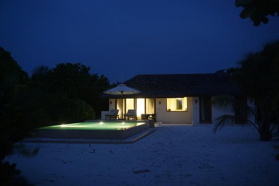 Dhonakulhi Island: Вилла вечером