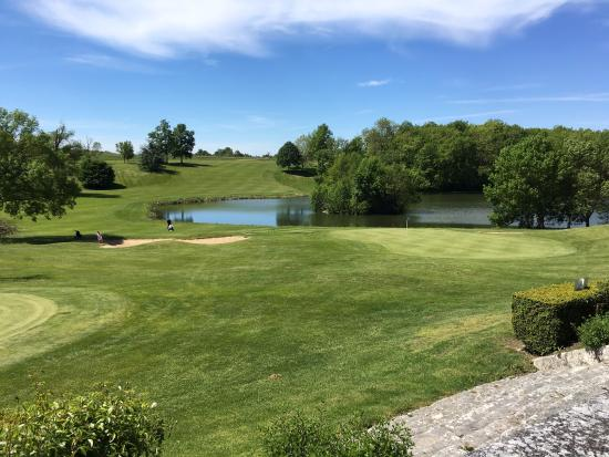Monestier, Frankrig: 18th Green - approach over the lake