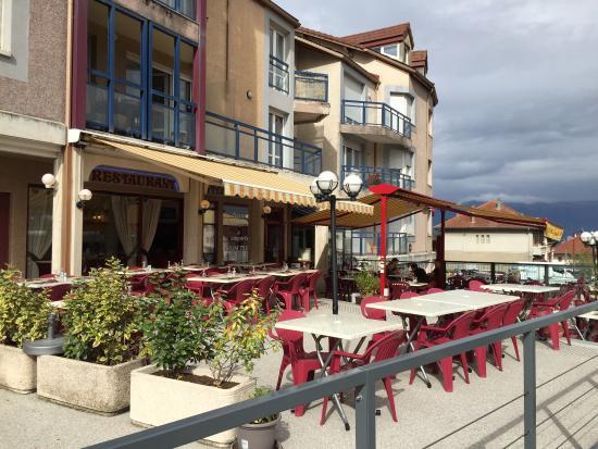 Viry, France : Devanture du restaurant en zone piétonne