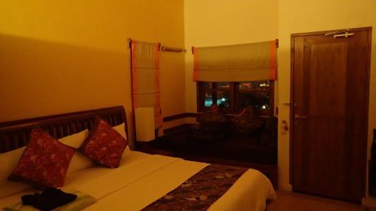 Cocotinos Manado: Pokój w domku nr 2, widok na basen i morze.