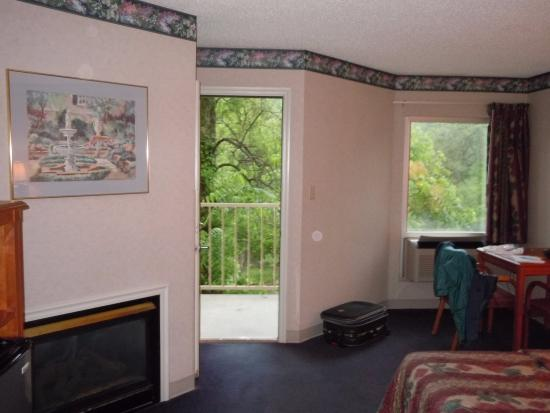 Twin Mountain Inn & Suites: Fireplace, desk and door to balcony