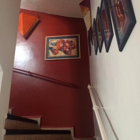 Riad Watier: Stairs leading up to the first floor where my room was situated. Artwork on display everywhere.