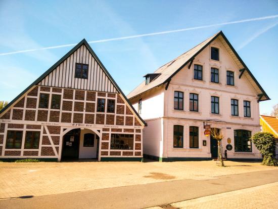 Neuhaus an der Oste, Germany: ULEX Schnäpse, Familienbetrieb seit 1795 (links) und das Brauhaus Alt Neuhaus (rechts)