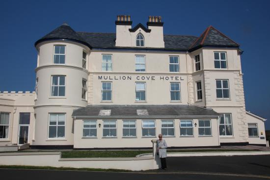 Mullion, UK: Front of hotel with restaurant on ground floor centre and bar to the left