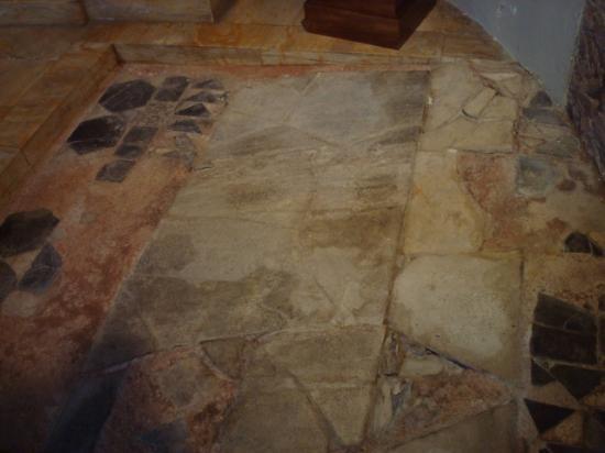 Basilica di San Nazaro Maggiore e Santi Apostoli: Lapide con antica iscrizione