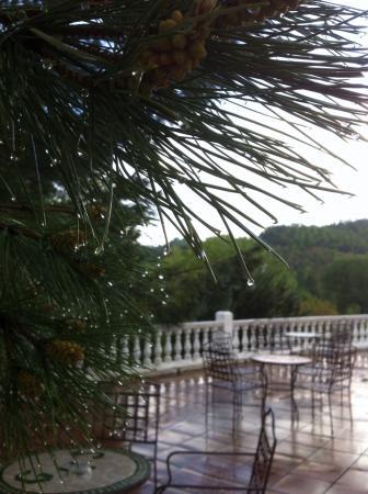 Galaroza, Espanha: Gotas de lluvia de mayo sobre la terraza del hotel
