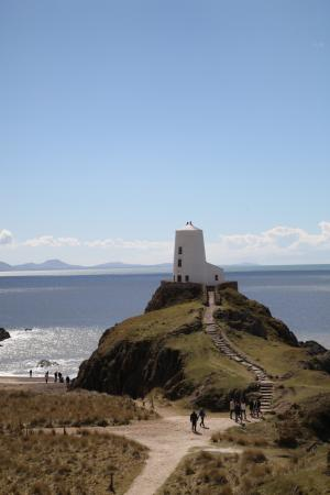 Newborough, UK: The lighthouse on the island