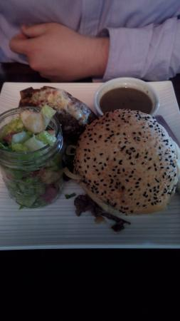 Barrie, Canadá: Beef Sandwich with Salad and Baked Potato