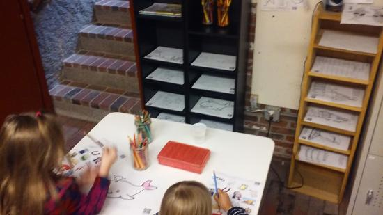 Newburyport, MA: Kids will enjoy the coloring station in the lower level.