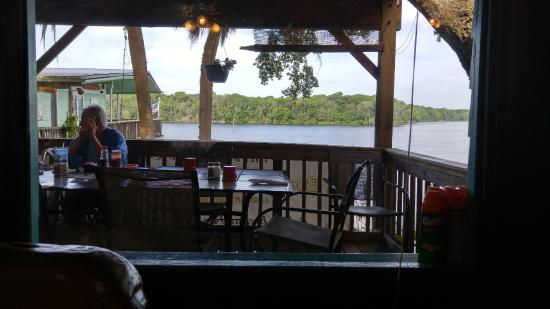 Welaka, FL: Outside seating. Great view.