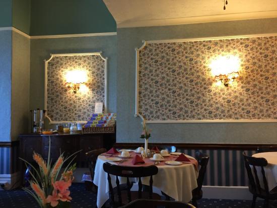 Beaucliffe Hotel: The breakfast buffet area