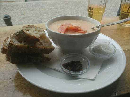 Lund, İsveç: Une soupe à l'asperge et au saumon fumé, et une soupe à la tomate, au fenouil et aux crevettes !