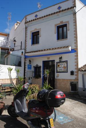 Hostal Rural Venta de Abajo: fachada del hostal desde el exterior con mi moto