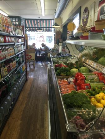 Germantown, Nowy Jork: Grocery and produce section - note one small table at the window.