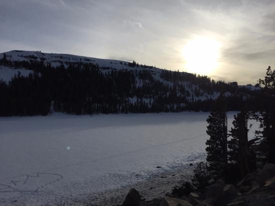 Кирквуд, Калифорния: Pôr do sol em Lago congelado no retorno para Lake Tahoe.