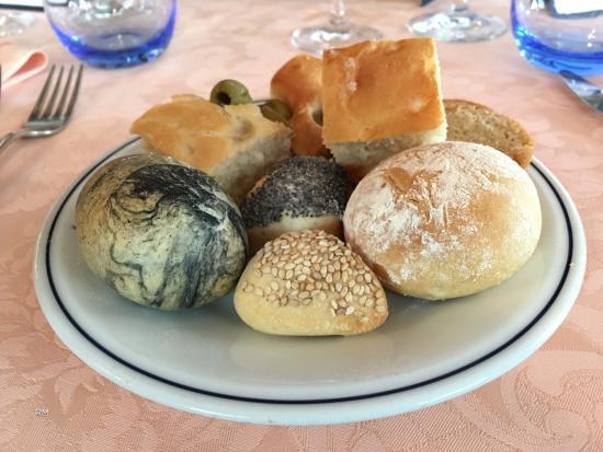 Diversi tipi di pane e di focaccia genovese fatti da Trattoria Du Ruscin
