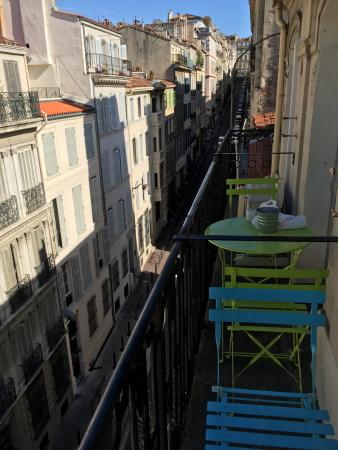 Le Ryad : Little balcony with table and chairs over the street