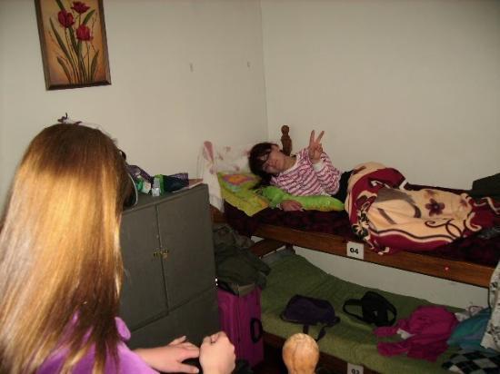 La Rocca Hostel: Este é o quarto que ficamos em 4 pessoas. Era 2 beliches e 4 armários. forros de ama nossos.