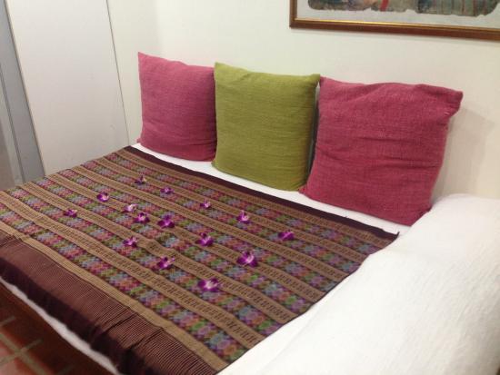 แรบบิท รีสอร์ท: orchid leaves on bed
