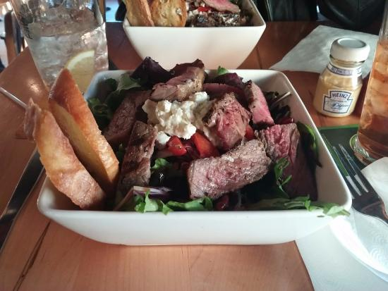 Acoustic Grill: Compilation Salad with Steak