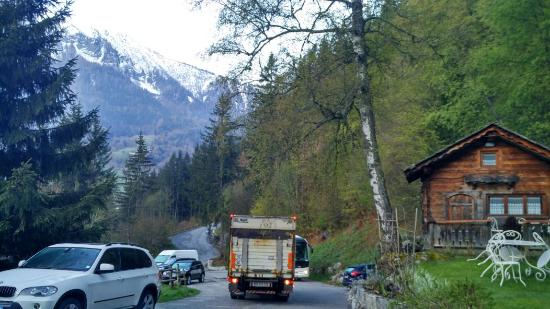 Les Houches, França: The drive way from the hotel