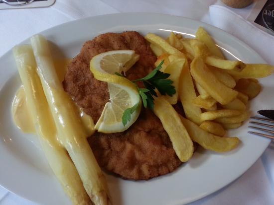 Laubach, Allemagne : Schnitzel mit Pommes und Spargel, nicht Spargel mit Schnitzel und Pommes