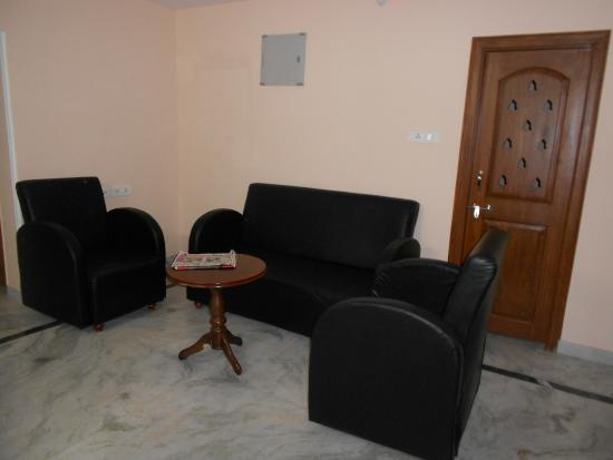 Falcons Nest Madhu Kunj Apartment: Le salon de l'appartement, en sortant de la chambre