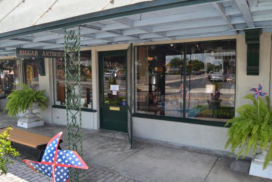 """Lake Alfred, FL: The Storefront to look for"""" You'll live like a Beggar after spending all your $$ at Biggars:)"""