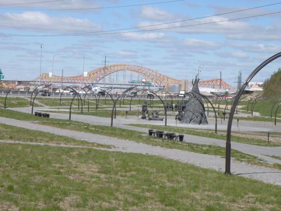 Khanty-Mansi Autonomous Okrug-Yugra, Rosja: Мост Красный дракон через Иртыш. Вид со стороны Археопарка.