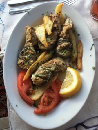 Poros, Yunani: Really nice meal with drinks worked out as 15Euro per person with 10% tip added for starter and