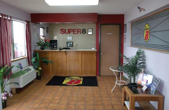 Super 8 Butler: FRONT DESK