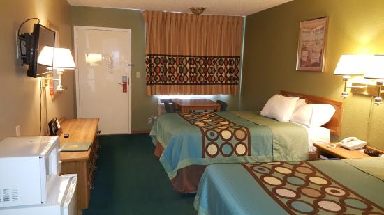 Butler, MO: TWO DOUBLE BEDS