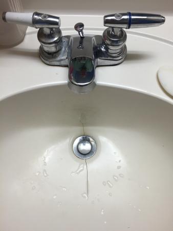 Willington, Κονέκτικατ: cracked sink