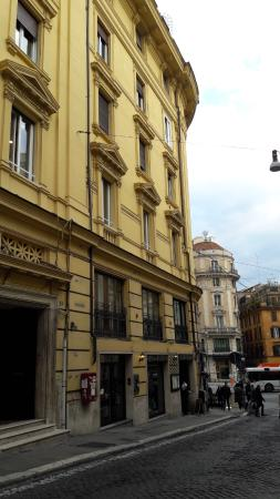 Rome Kings Relais and Suite: The entrance is close to Via del Tritone