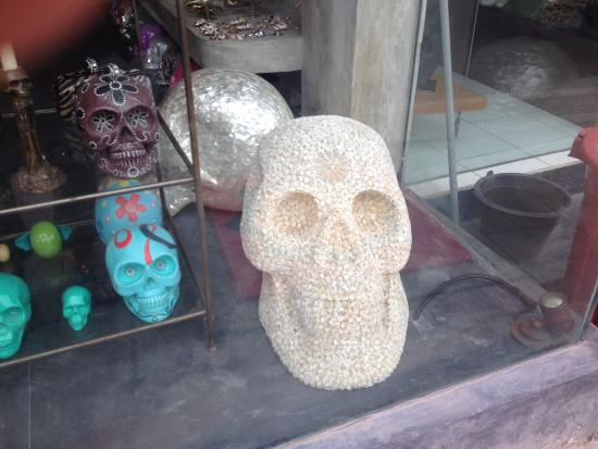 Kerobokan, Indonésia: Hundreds of skulls in all sizes and coverings.