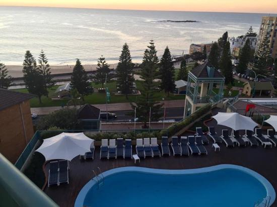 Coogee, ออสเตรเลีย: Pool view from my room