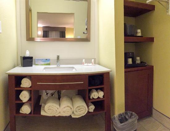 Days Inn & Suites Big Spring: Vanity Area