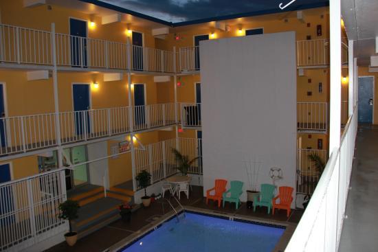 Seaside Inn: pool area