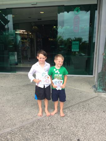 New Plymouth, Nueva Zelanda: My kids with their scavenger hunt success.