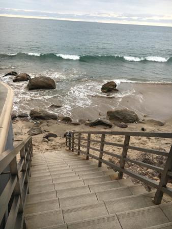 Malibu Beach Inn: Steps down to beach