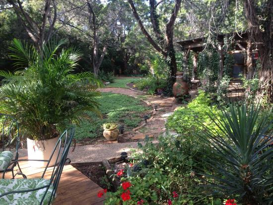 Casa del Sol Bed and Breakfast at Lake Travis: Path to Golden Sun Cottage