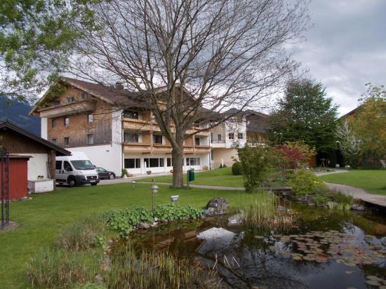 Hotel Rosenstock: Hotel vom wunderschönen Garten aus gesehen