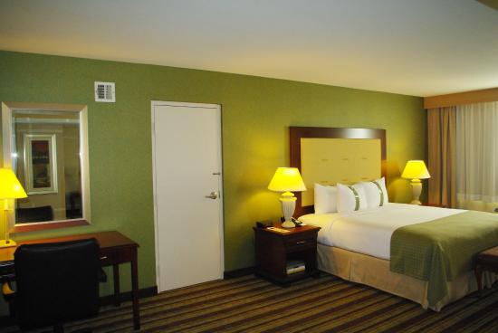 Holiday Inn Buena Park Hotel & Conference  Center: Upgrade to a junior suite with king bed and spacious living area