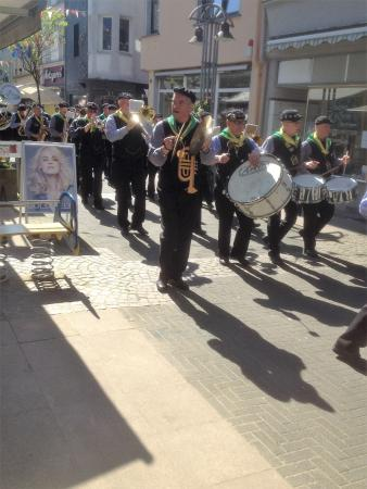 Hotel & Restaurant Pinger: parade in town with the dutch band