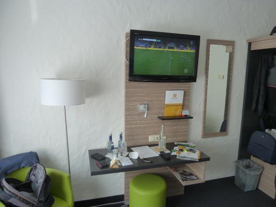 Pleinfeld, Alemania: TV und Schreibtisch/Ablage