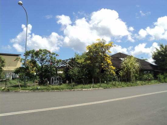 The Club : Lokasinya strategis ditepi jalan Megamas, dipinggir pantai
