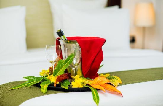 Best Western Plus Peninsula Hotel: Romantic Bed Setup